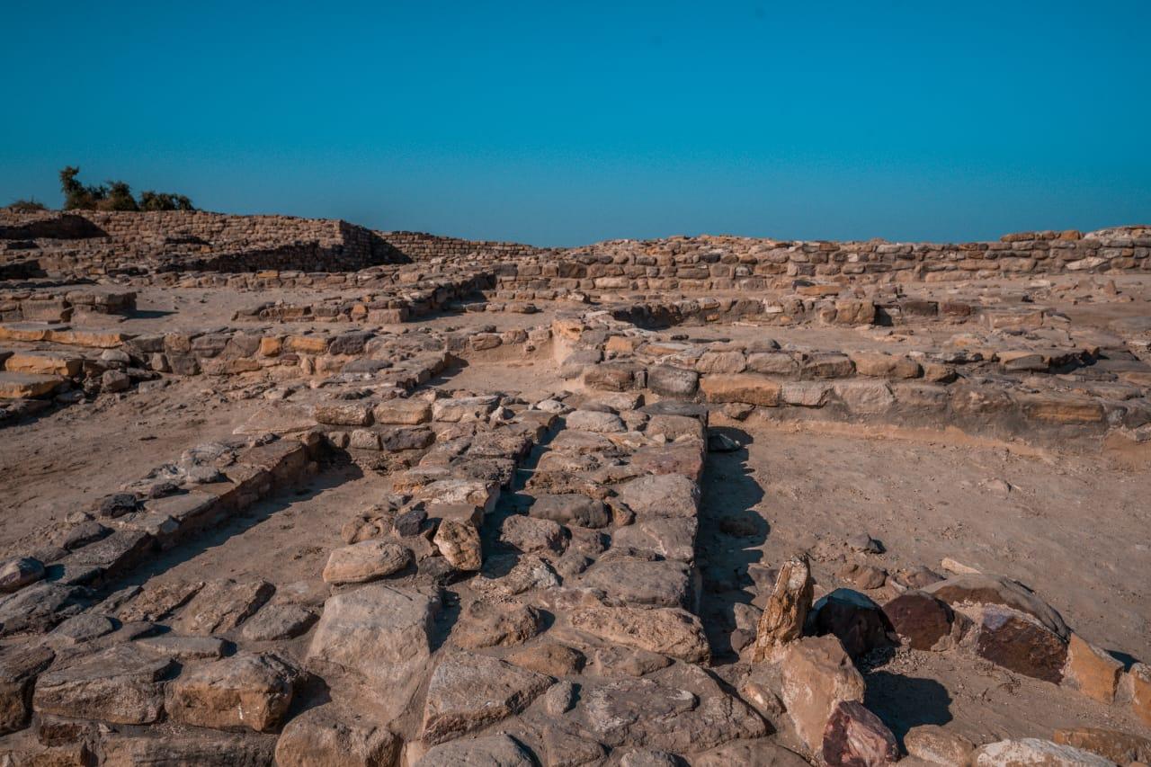 હજારો વર્ષો પૂર્વે અહીં એક ખૂબ જ આધુનિક સભ્યતા વસવાટ કરતી હતી એની આગવી વાર્તાઓ હશે જે હજુ સુધી કોઈ ઉકેલી શક્યું નથી
