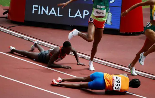 નેધરલેન્ડની 28 વર્ષીય રમતવીર સિફાન હસને પડ્યા બાદ પોતાણે સંભાળી લીધી હતી અને જીત મેળવી.