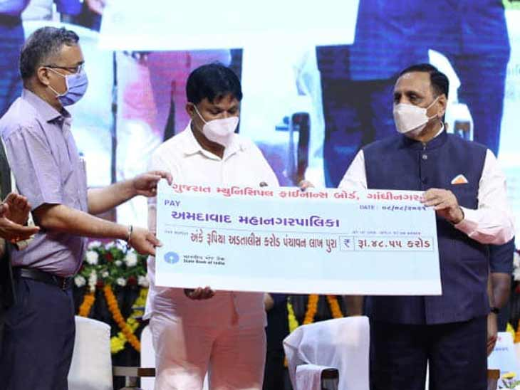 રાજ્યના 8 મહાનગરોમાં 3939 કરોડના અને 156 નગરપાલિકા વિસ્તારોમાં 1061 કરોડના વિકાસ કાર્યોનું CMના હસ્તે લોકાર્પણ-ખાતમુહુર્ત સંપન્ન અમદાવાદ,Ahmedabad - Divya Bhaskar