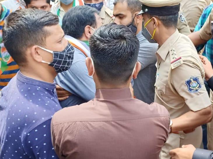 રાજકોટમાં ભાજપના 'શહેરી જન સુખાકારી દિવસ' સામે કોંગ્રેસે 'જન અધિકાર' દિવસ ઉજવી વિરોધ કર્યો, પોલીસે અટકાયત કરતા ઉગ્ર બોલાચાલી રાજકોટ,Rajkot - Divya Bhaskar