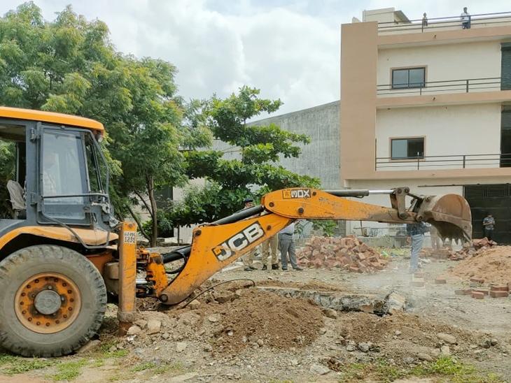 સરકારી જમીનમાં વીજ કનેક્શન લેવા ખાનગી દસ્તાવેજનો ઉપયોગ કરી કૌભાંડ|રાજકોટ,Rajkot - Divya Bhaskar