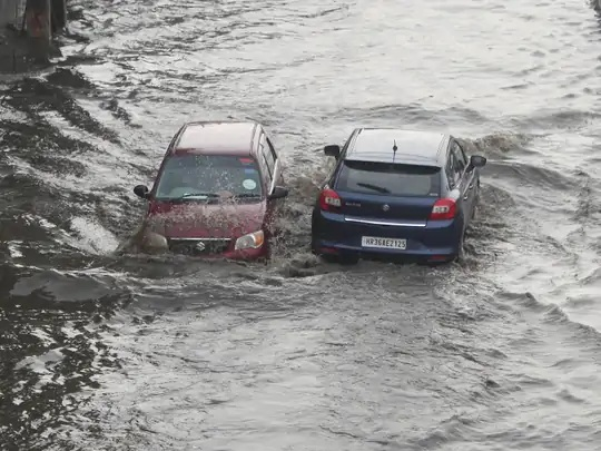 ગુરુગ્રામ અને નરસિંહપુરમાં રવિવારે ભારે વરસાદ પડ્યો હતો. ત્યાર બાદ દિલ્હી-ગુરુગ્રામ એક્સપ્રેસ સર્વિસ રોડ પાણીમાં ડૂબી ગયો હતો.