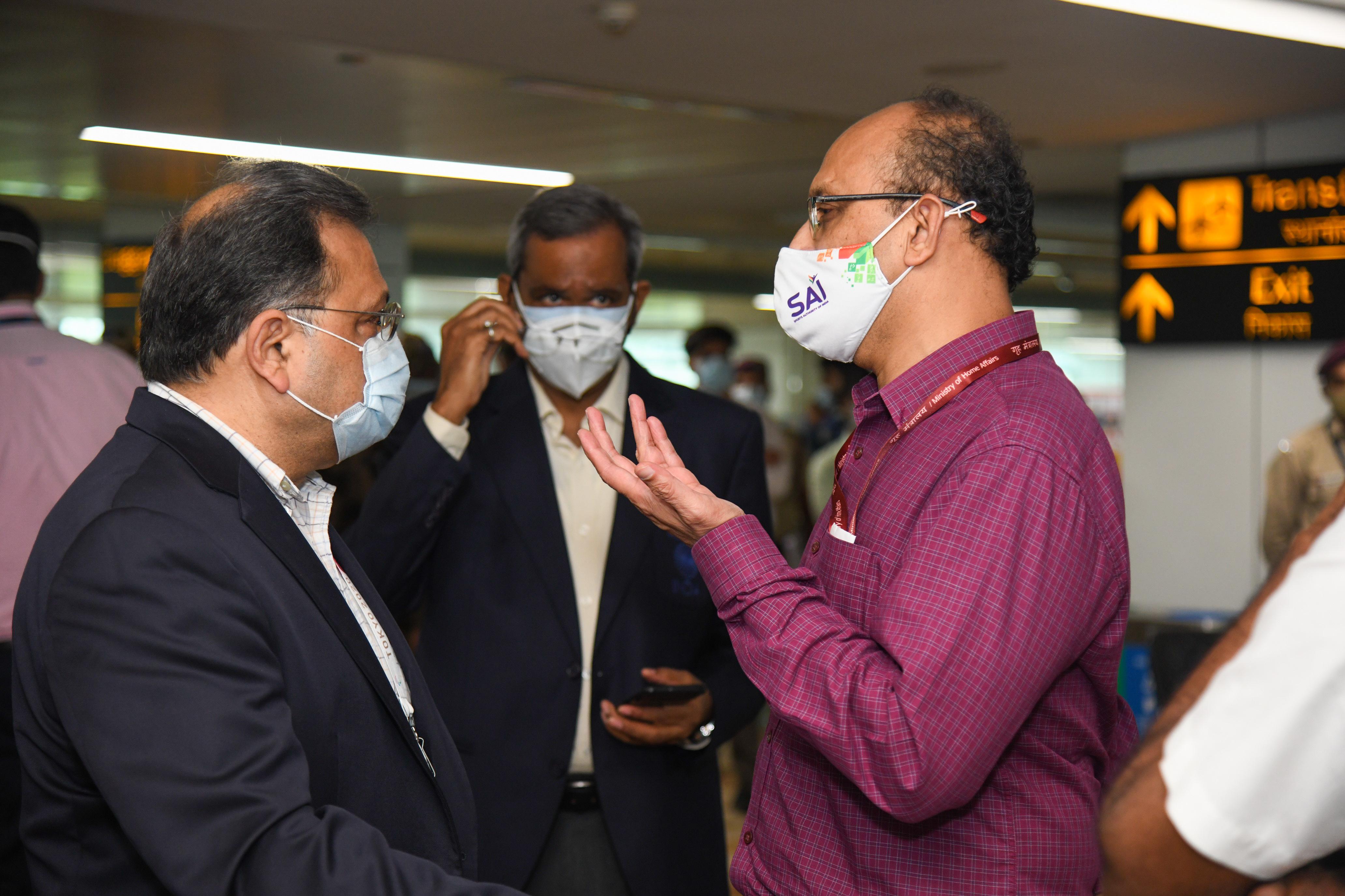 એથ્લેટિક્સ ફેડરેશન ઓફ ઈન્ડિયાના પ્રેસિડેન્ટ આદિલે સુમરઈવાલા અને SAIના DGI એરપોર્ટ પર હાજર રહ્યા