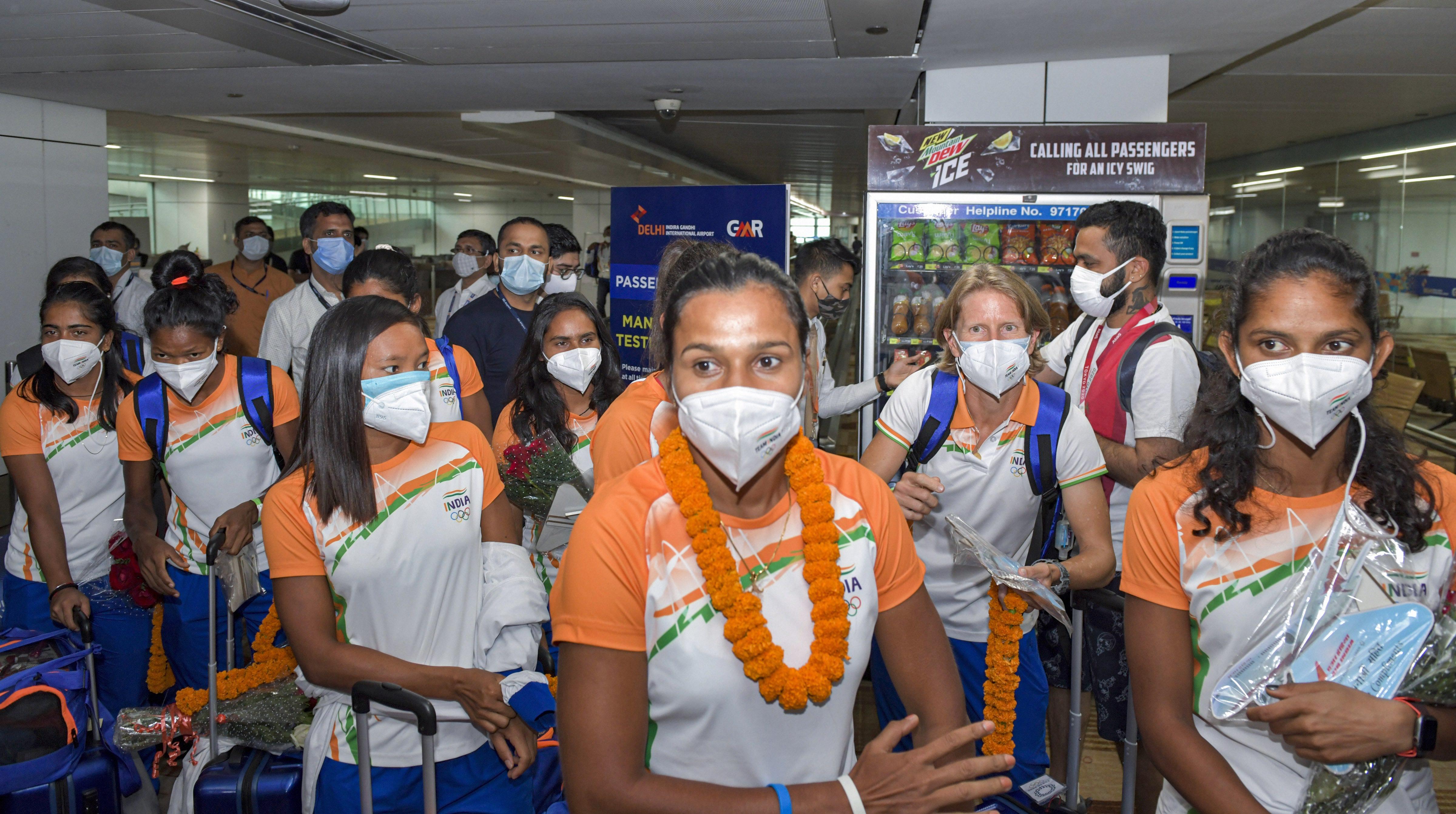 દિલ્હી એરપોર્ટ પર મહિલા હોકી ટીમનું પણ ભવ્ય સ્વાગત કરાયું. મહિલા ટીમ મેડલ ન જીતી શકી પરંતુ બધાના દિલ અવશ્ય જીત્યા