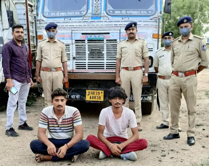 સુરેન્દ્રનગરના માલવણ-ધ્રાંગધ્રા હાઈવે પર ટ્રકમાંથી ઈંગ્લીશ દારૂનો જથ્થા સાથે બે શખ્સો ઝડપાયા - Divya Bhaskar