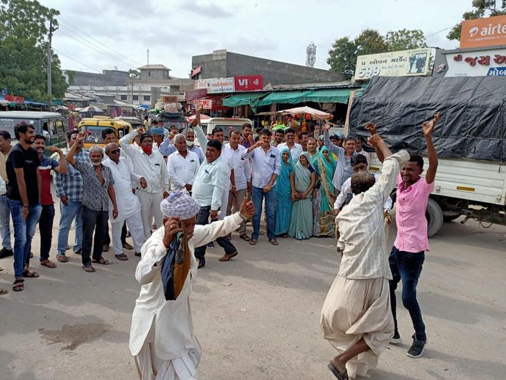 કોંગ્રેસ ફરી સત્તા આવતાં કાર્યકરોએ ફટાકડા ફોડી વિજયોત્સવ મનાવ્યો  હતો. - Divya Bhaskar