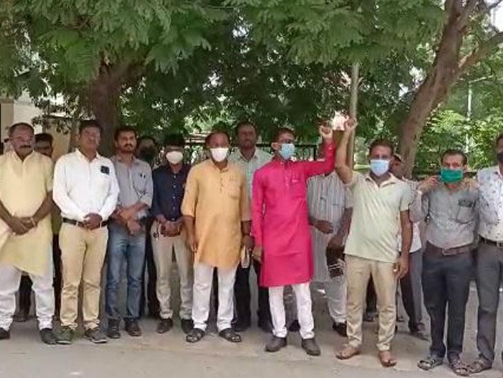 દિલ્હીની નાંગલની વાલ્મિકી સમાજની બાળકી પર દુષ્કર્મ મામલે પાલનપુરમાં કલેકટરને આવેદન|પાલનપુર,Palanpur - Divya Bhaskar