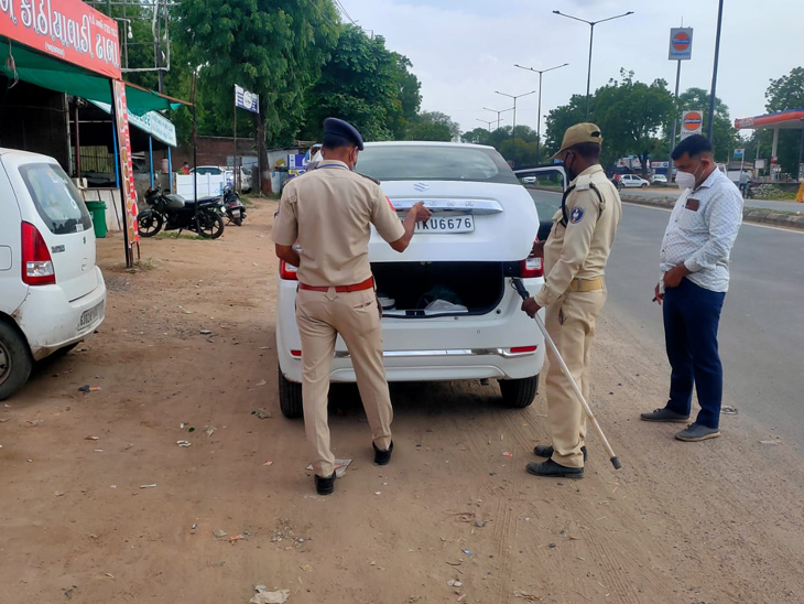 આગામી 15 મી ઓગસ્ટને લઇ પોલીસ દ્વારા ગાંધીનગર શહેરના પ્રવેશદ્વારો ઉપર સઘન ચેકિંગ કરવામાં આવી રહ્યું છે. - Divya Bhaskar