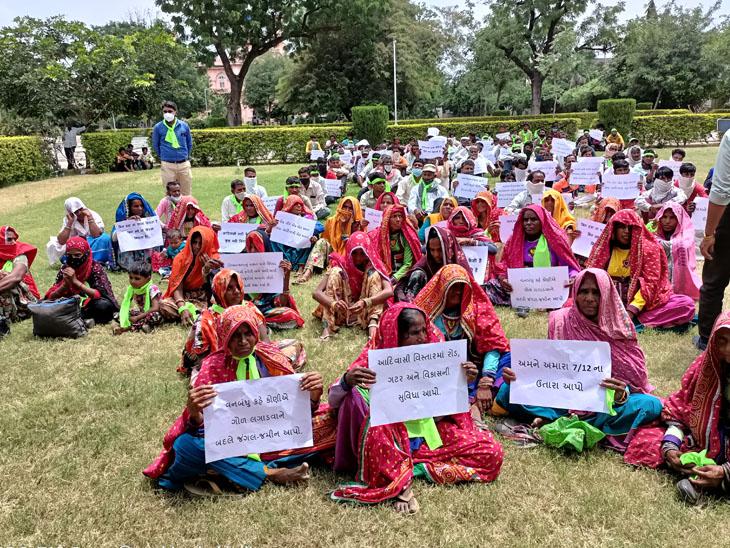 આવેદન આપવા મોટી સંખ્યામાં મહિલાઓ પણ ઊમટી હતી - Divya Bhaskar
