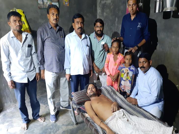 પાટણના ડેર ગામના સેવાભાવી વ્યક્તિએ જરૂરિયાત મંદ પરિવારને દત્તક લઈ માનવતા મહેકાવી|પાટણ,Patan - Divya Bhaskar