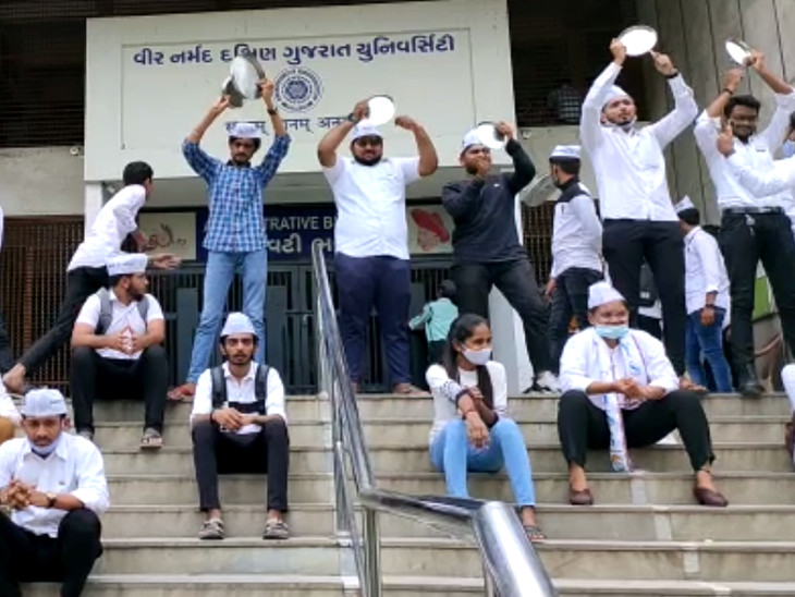 સુરતમાં વીર નર્મદ દક્ષિણ ગુજરાત યુનિવર્સિટીમાં કોલેજોના ખાનગીકરણનો વિરોધ, છાત્ર સંઘર્ષ સમીતિ દ્વારા થાળી વગાડી દેખાવો કરાયા|સુરત,Surat - Divya Bhaskar
