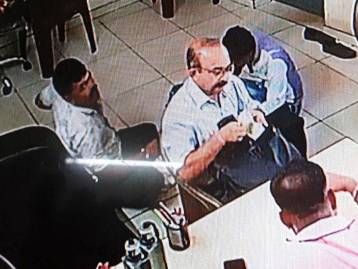દિવ્ય ભાસ્કરે અધિકારીઓનો ખુલ્લે આમ લાંચ માગતો પર્દાફાશ કર્યો હતો - Divya Bhaskar