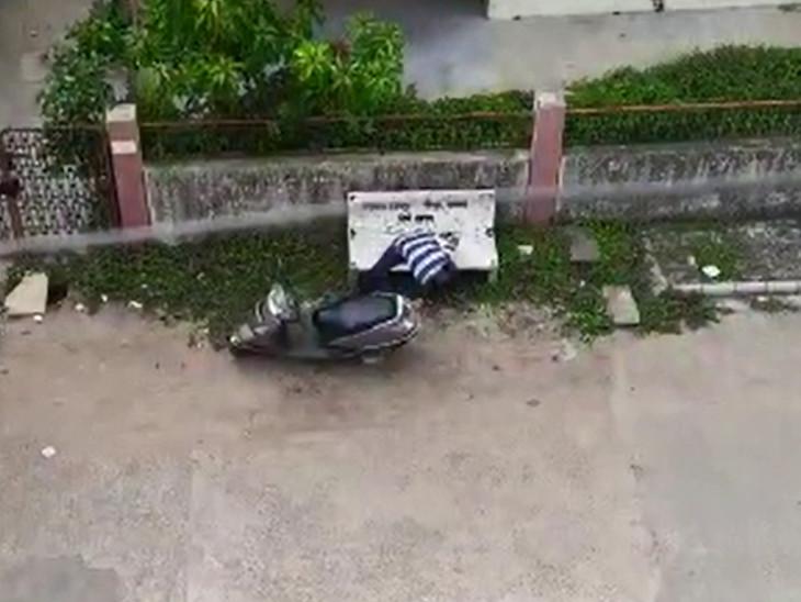 બેરોકટોક ટુ-વ્હીલરમાં થઇ રહેલી દારૂની હેરાફેરીનો વાઇરલ થયેલો વીડિયો ચર્ચાનો વિષય બન્યો