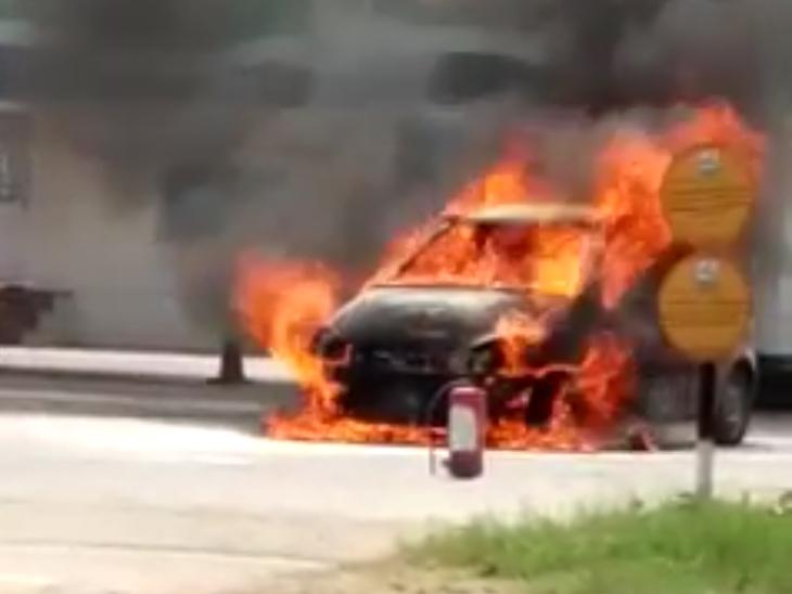 ગાંધીનગરના સાબરમતી ગેસના પંપ પર કારમાં અચાનક ભીષણ આગ લાગતા નાસભાગ મચી|ગાંધીનગર,Gandhinagar - Divya Bhaskar