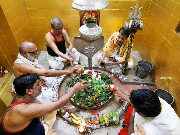 શ્રાવણ મહિનાનાં પ્રથમ દિવસે સોમવાર હોય ભાવિકોમાં અનેરો ઉત્સાહ હતો. - Divya Bhaskar