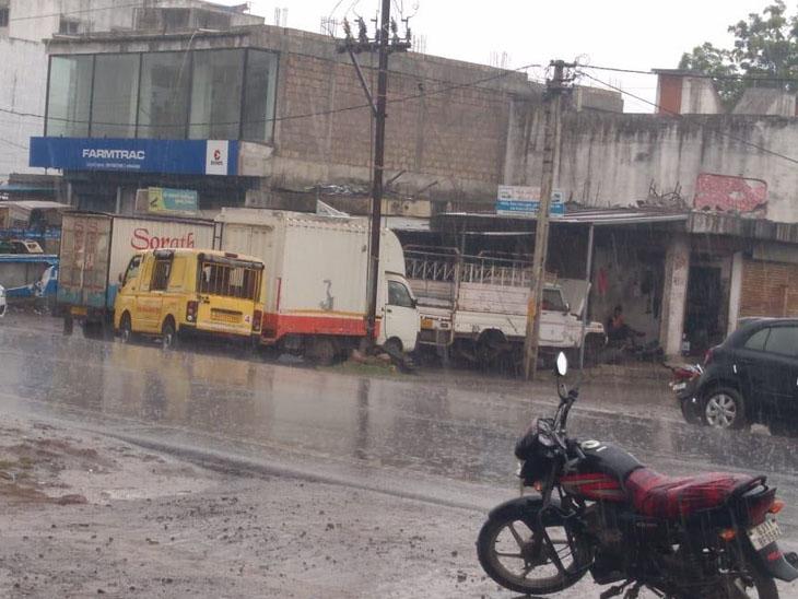 જૂનાગઢમાં દિવસભર ઝાપટા પડ્યા હતા. જેના કારણે રસ્તા પર પાણી દોડયા હતા. - Divya Bhaskar