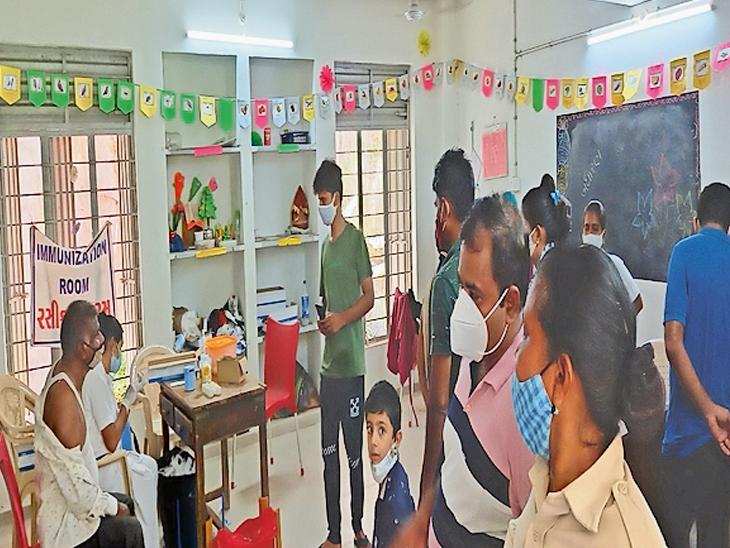 વલસાડ જિલ્લામાં 18+ના 66 ટકા લાભાર્થીઓ કોરોના રસીની રાહમાં, પ્રથમ ડોઝમાં ધીમી ગતિથી નારાજગી વલસાડ,Valsad - Divya Bhaskar