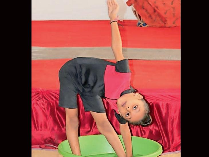 પોરબંદરની 8 વર્ષની દીકરીએ માત્ર 4: 15 મિનીટમાં 101 યોગા નામ સાથે કરી વર્લ્ડ રેકોર્ડ ઓફ ઇન્ડિયામાં સ્થાન મેળવ્યું|પોરબંદર,Porbandar - Divya Bhaskar