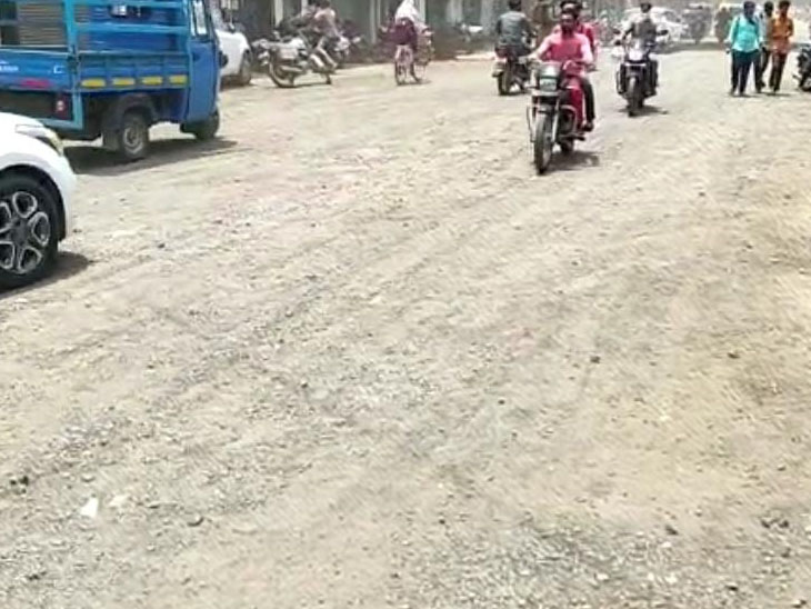 અત્યંત બિસ્માર બની ગયેલા રસ્તા મુદ્દે વેપારીઓની ધીરજ ખૂટતાં રોડ પર ઉતરી આવ્યા હતા. - Divya Bhaskar