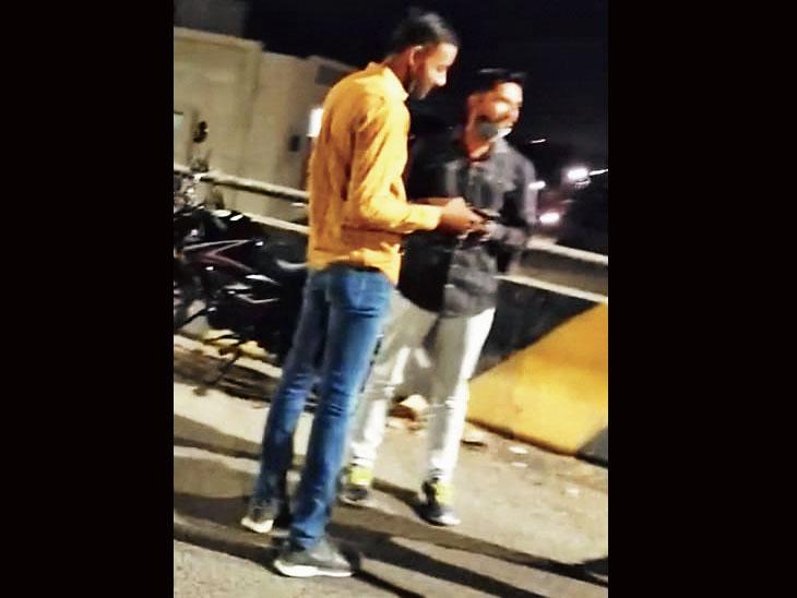 પોલીસ અને બૂટલેગર સાથેની મિટિંગનો વીડિયો વાઈરલ થયો. - Divya Bhaskar