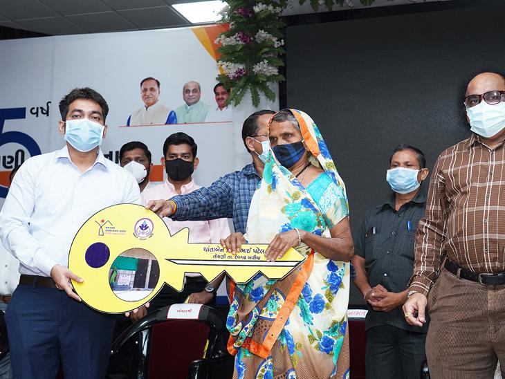 દાહોદમાં પ્રધાનમંત્રી આવાસ યોજના અંતર્ગત પરિવારોને ઘર અપાયા હતા. - Divya Bhaskar