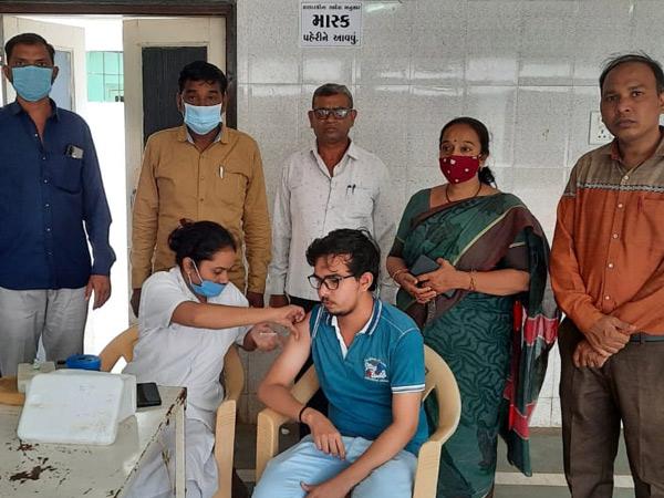 વઢવાણ સતવારા સમાજના સેવા ગ્રુપે ચોથો રસીકરણ કેમ્પ યોજ્યો હતો. - Divya Bhaskar
