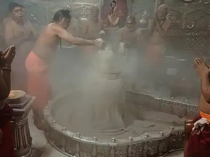 મહાકાળેશ્વર એકમાત્ર દક્ષિણામુખી જ્યોતિર્લિંગ છે. માત્ર આ જ મંદિરમાં રોજ સવારે ભસ્મ આરતી કરવામાં આવે છે