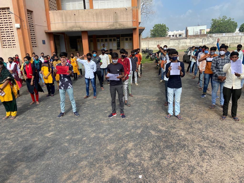 રાજ્યની ગ્રાન્ટેડ કોલેજોને ખાનગી યુનિવર્સિટીમાં સામેલ કરવાની કાર્યવાહીનો વિરોધ, સુરેન્દ્રનગરના અધ્યાપકોએ કાળી પટ્ટી ધારણ કરી શૈક્ષણિક કાર્ય કર્યું - Divya Bhaskar