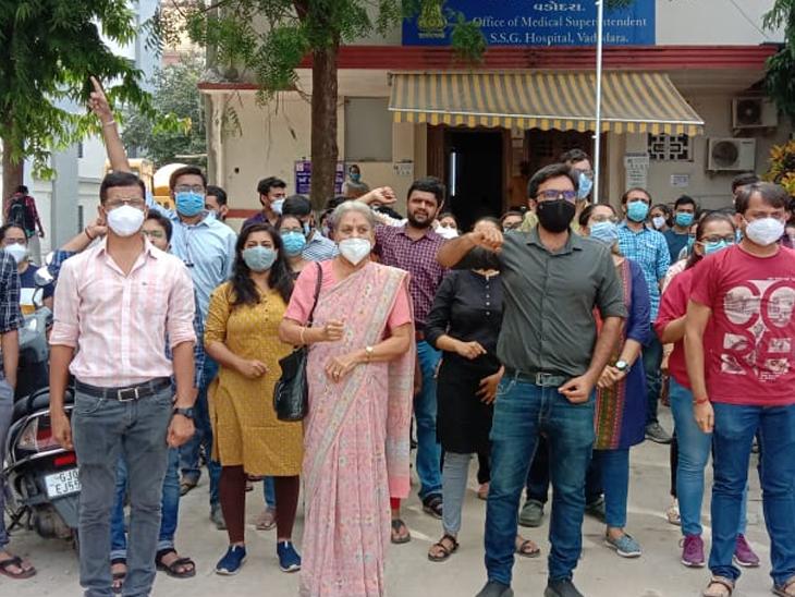 સયાજી હોસ્પિટલના જુનિયર ડોક્ટરો દ્વારા સતત સાતમા દિવસે પણ હડતાળ ચાલુ રાખી સુપરિન્ટેન્ડેન્ટ ઓફિસ બહાર સૂત્રોચ્ચાર કરવામાં આવ્યા હતાં. - Divya Bhaskar