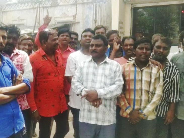 રાધનપુર  પાલિકાના સફાઈ કામદારોએ સફાઈકામ બંધ કર્યું. - Divya Bhaskar