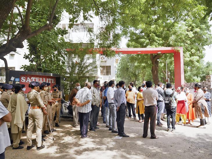 સેટેલાઈટ પાર્કમાં TP રોડ ખોલવા ગયેલી ટીમ પાછી ફરી, રહીશોને કાનૂની લડત માટે વધુ સમય આપવાનો નિર્ણય|અમદાવાદ,Ahmedabad - Divya Bhaskar