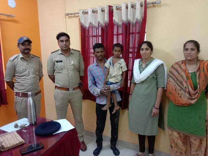 મેઘરજ પોલીસે વિખુટા પડેલ 5 વર્ષના બાળકને પિતા સાથે મિલન કરાવ્યુ. - Divya Bhaskar