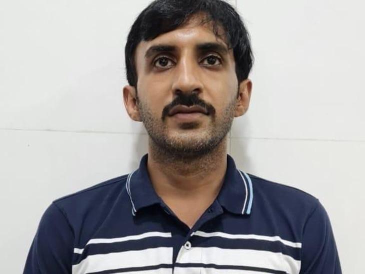 આરોપી વિક્રમ કનારાના ઘરેથી રોકડ રકમ મળી. - Divya Bhaskar