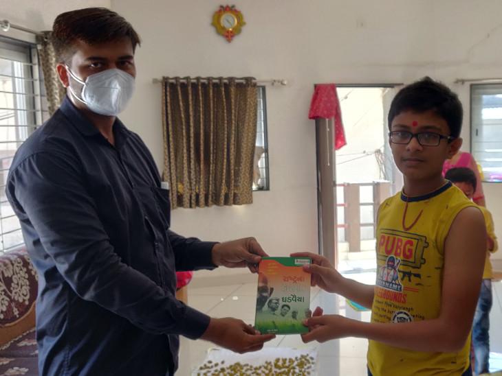 બીબાઢાળ શિક્ષણથી અલગ માર્ગ કંડારીને શિક્ષકે ઘરે-ઘરે જઇને 3000 જેટલા પુસ્તક આપી વિદ્યાર્થીઓને વાંચતા કર્યાં