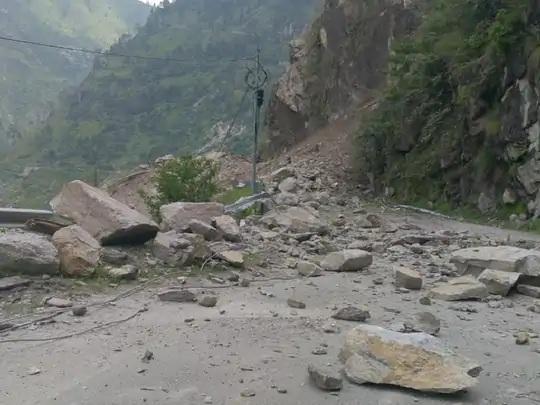 શિમલા-કિન્નૌર નેશનલ હાઇવે-5 પર, મોટા પથ્થરો પડવાને કારણે રસ્તો સંપૂર્ણપણે બંધ થયો હતો.