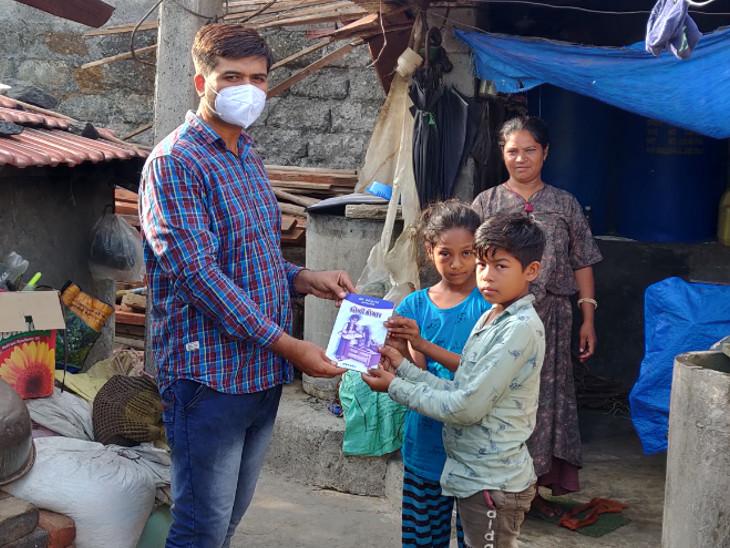 આચાર્યએ ડોર ટુ ડોર જઈને બાળકોને તેમને ગમતા પુસ્તકો આપ્યા