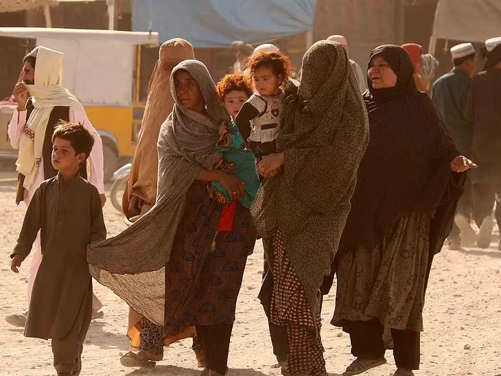 મહિલાઓ- બાળકો પાકિસ્તાન અને અફઘાનિસ્તાન સરહદ પાર કરવા પ્રયત્ન કરી રહી છે