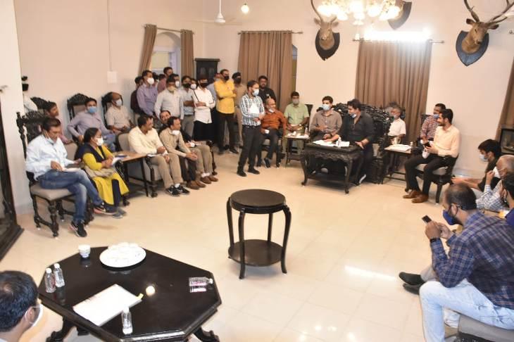 સર્કીટ હાઉસ ખાતે મળેલ અઘિકારીઓની મિટીંગ - Divya Bhaskar