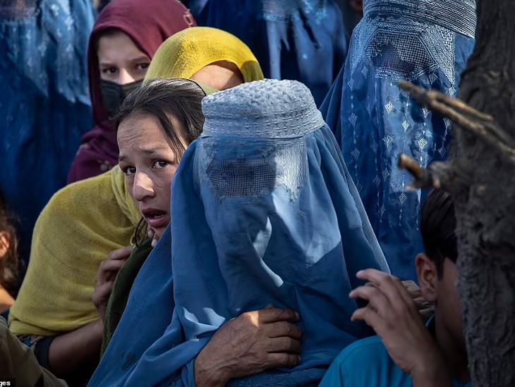 રાજધાની કાબુલમાં ખાદ્ય સામગ્રી મેળવવા રાહ જોતી મહિલાઓ.