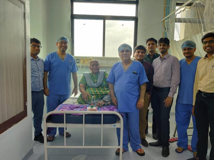 ચાર ડોક્ટરની ટીમ દ્વારા સતત 7 કલાક સુધી ઓપરેશન કરી વૃધ્ધાના બ્રેસ્ટમાંથી ગાઠ દુર કરી હતી. - Divya Bhaskar