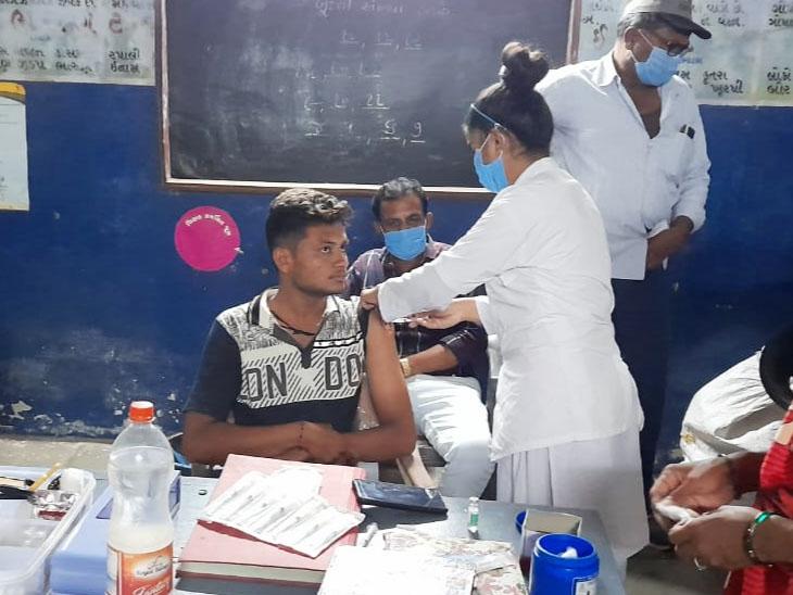 લખતર તાલુકામાં રાત્રી રસીકરણ કેમ્પ યોજાયા હતા. - Divya Bhaskar
