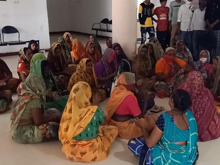 હળવદના સુખપર ગ્રામજનોએ મામલતદાર કચેરીએ આવેદન પાઠવી રામધૂન બોલાવી હતી. - Divya Bhaskar