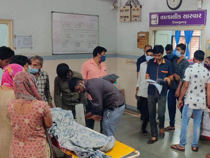 ઈમર્જન્સી વિભાગ પાસે તબીબોએ દર્દીઓની સારવાર કરી હતી. - Divya Bhaskar