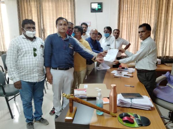 પાટડીમાં અનુ.જાતિ હિત રક્ષક સમિતિએ દિલ્હીની ઘટના સંદર્ભે ના. કલેક્ટરને આવેદન આપ્યું હતું. - Divya Bhaskar
