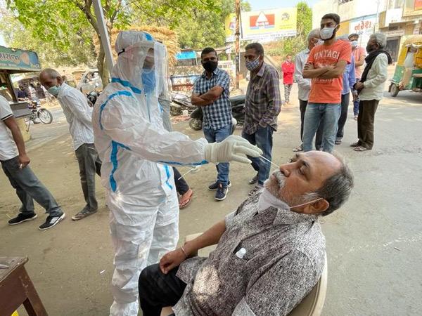 સુરેન્દ્રનગર જિલ્લામાં રસીકરણની ગતિ વધતા હવે શહેરી વિસ્તારમાં પણ રાત્રિ દરમિયાન પણ રસી દેવાનું ચાલુ રખાયુ હતુ. - Divya Bhaskar