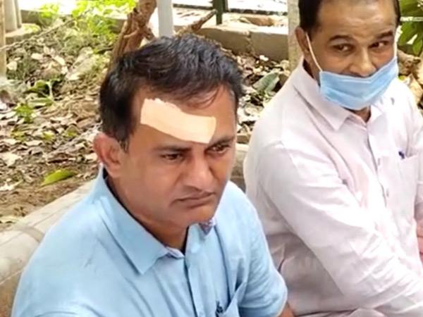 કોંગ્રેસ નેતાઓને વિધાનસભાથી ડીટેઇન કર્યા બાદ એસપી કચેરી ખાતે બેસાડી રાખતા પોલીસ અને નેતાઓ વચ્ચે ઘર્ષણ થતાં ધાનાણીને માથાના ભાગે ઇજા થઇ હતી. - Divya Bhaskar
