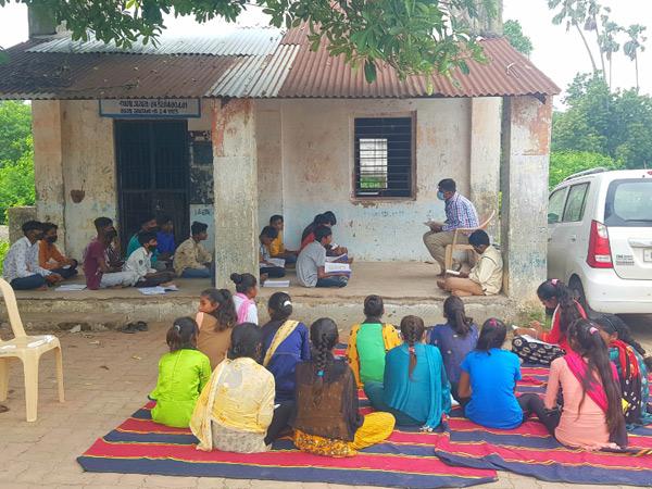 આમરોલી શાળાનું 1 ઓગસ્ટે ઉદ્ઘાટન છતા 11 ઓગસ્ટે જૂની શાળા બહાર બાળકો બેઠા છે. - Divya Bhaskar
