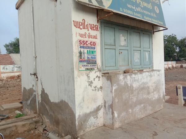 હળવદ બસ સ્ટેશનમાં પરબ બંધ રહેતા મુસાફરોને પાણી માટે રઝળપાટ કરવો પડી રહ્યો છે. - Divya Bhaskar