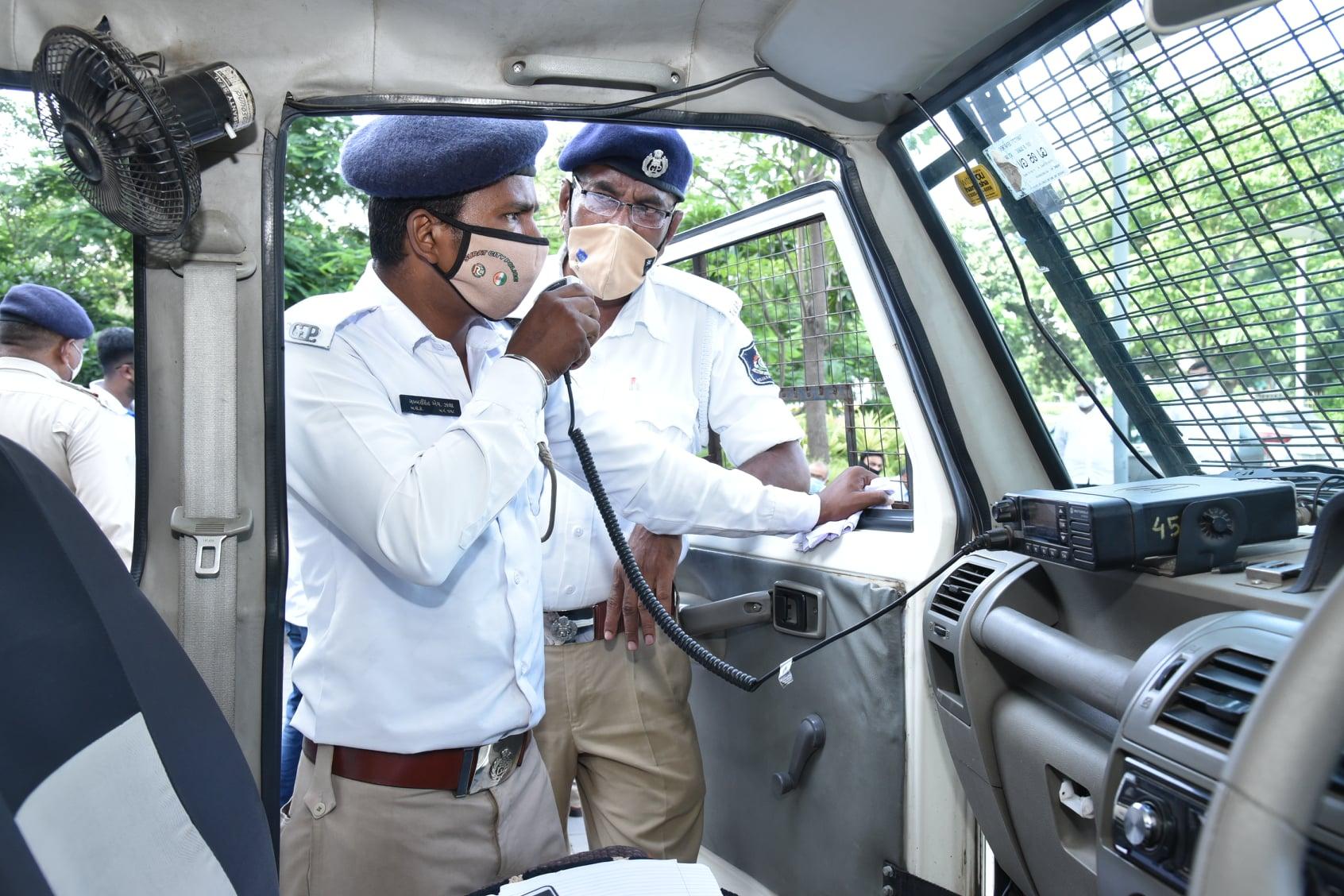 ઓગર્ન લઇ જતા સમયે પોલીસ રૂટ ક્લિયર કરાવે છે,
