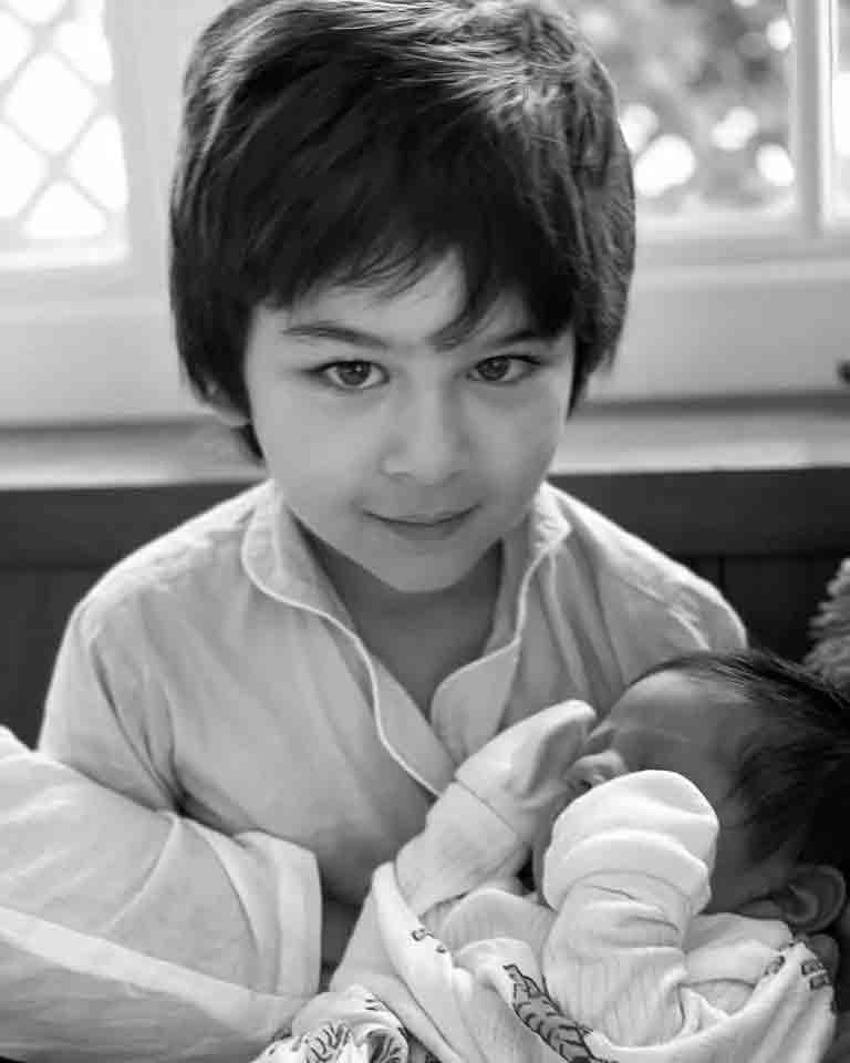 તૈમુર નાના ભાઈ જેહ સાથે